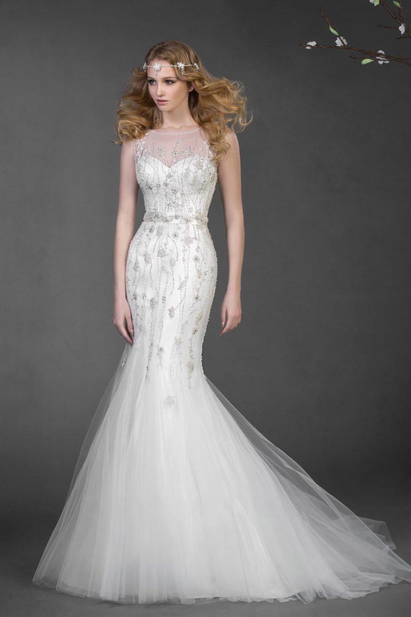 Свадебное платье, облегающее фигуру, с узким атласным поясом и бисерной вышивкой по корсету.