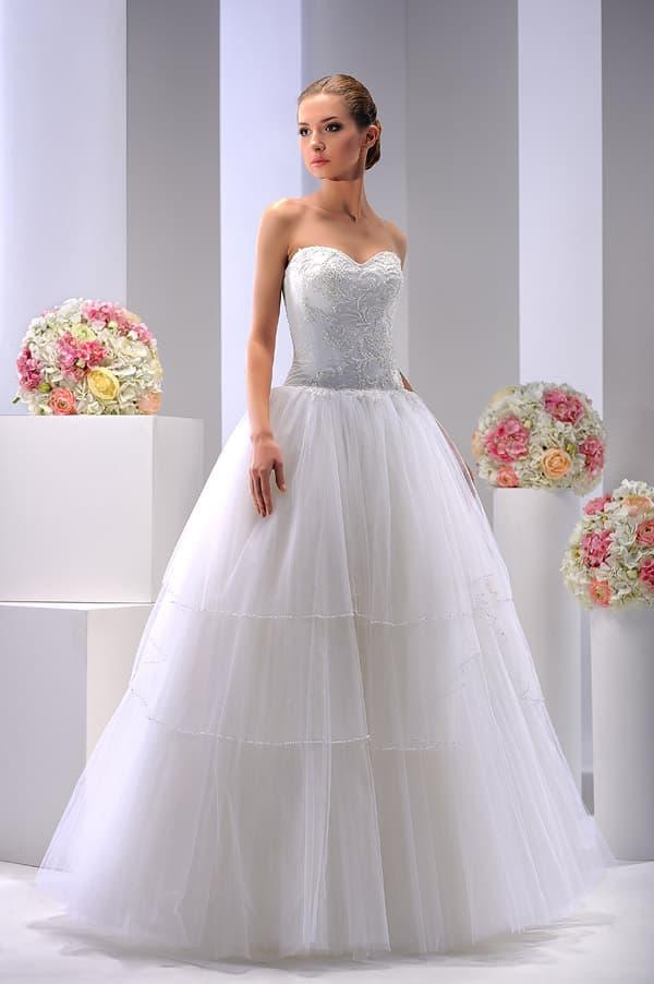 Свадебное платье с классическим открытым корсетом и многослойным низом.