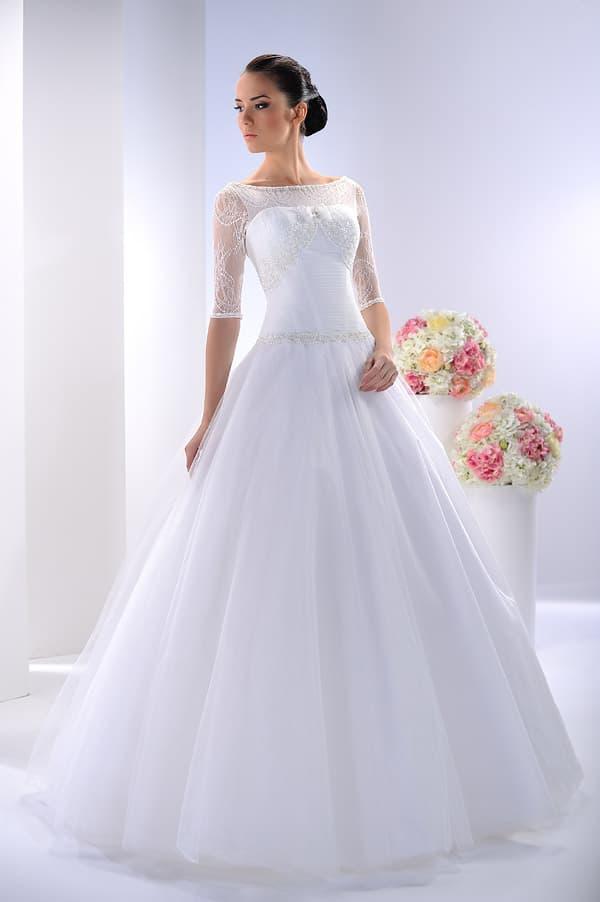 Закрытое свадебное платье «принцесса» с рукавом до локтя и вырезом сзади.