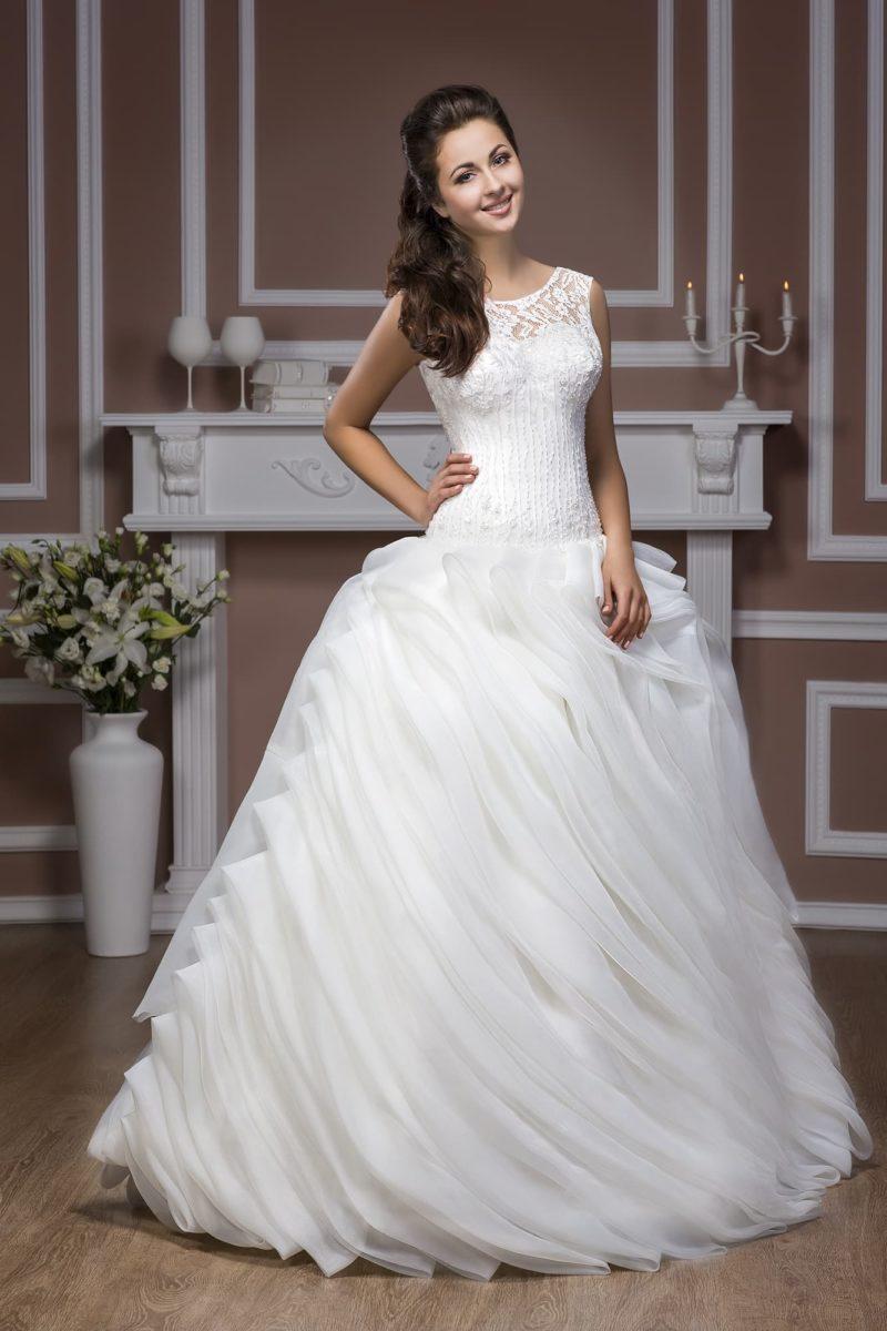 Свадебное платье с глубоким вырезом на спинке и эксцентричной отделкой пышной юбки.