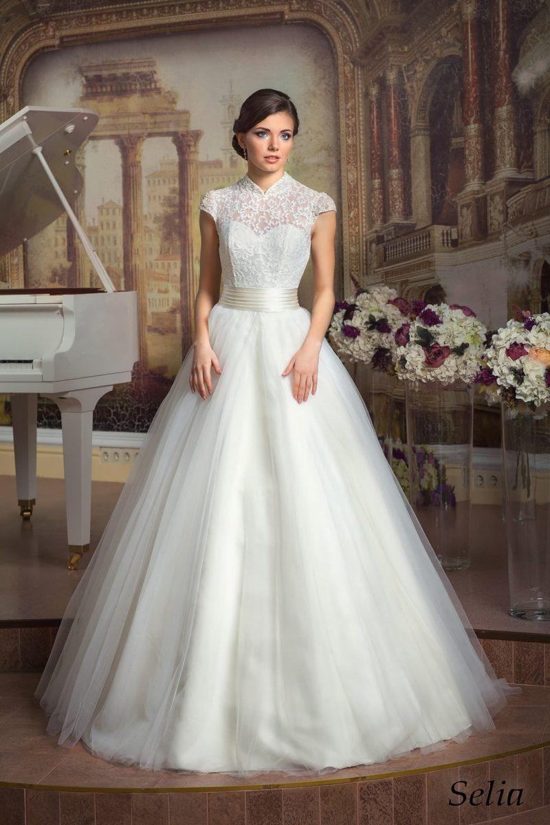 Торжественное свадебное платье «принцесса» с оригинальным кружевным воротником-стойкой.