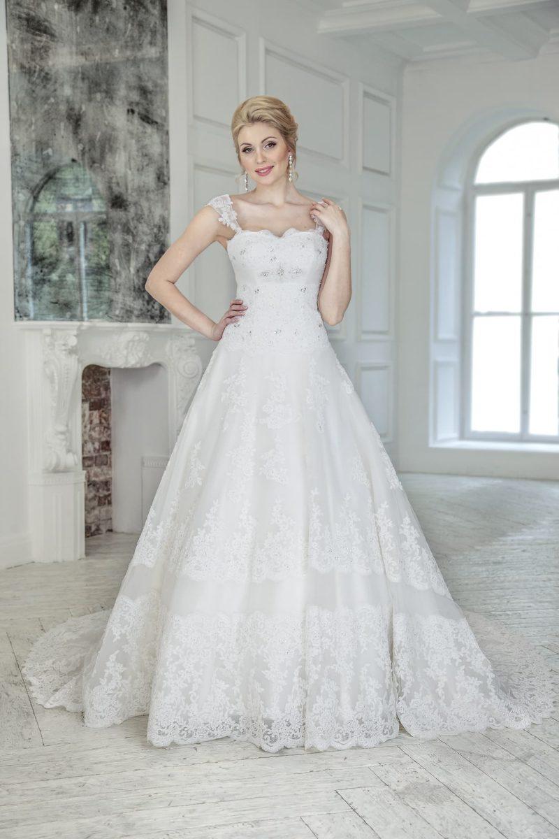 Торжественное свадебное платье пышного кроя «трапеция» с широкими бретельками.