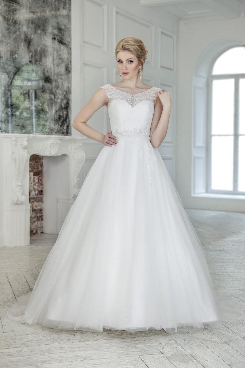 Свадебное платье с кружевной вставкой над декольте и открытой глубоким вырезом спиной.