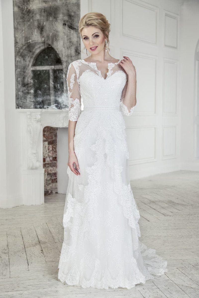 Свадебное платье прямого кроя с полупрозрачной отделкой и изящным шлейфом.