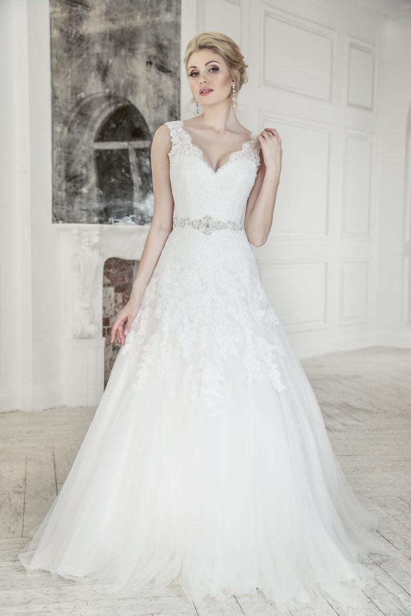 Свадебное платье «принцесса» с V-образным декольте и кружевной отделкой по корсету.