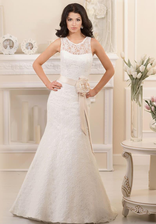 Кружевное свадебное платье «русалка» с широким атласным поясом кремового оттенка на талии.