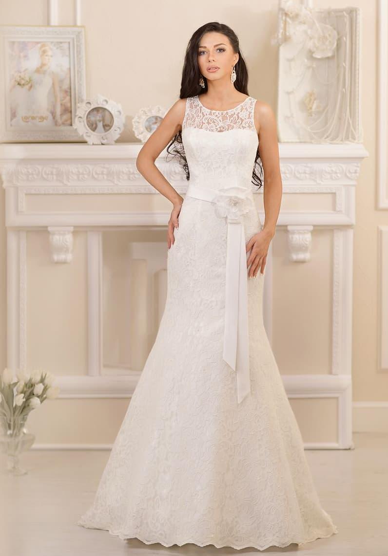 Чувственное свадебное платье «рыбка», покрытое кружевом и дополненное поясом с бутоном сбоку.