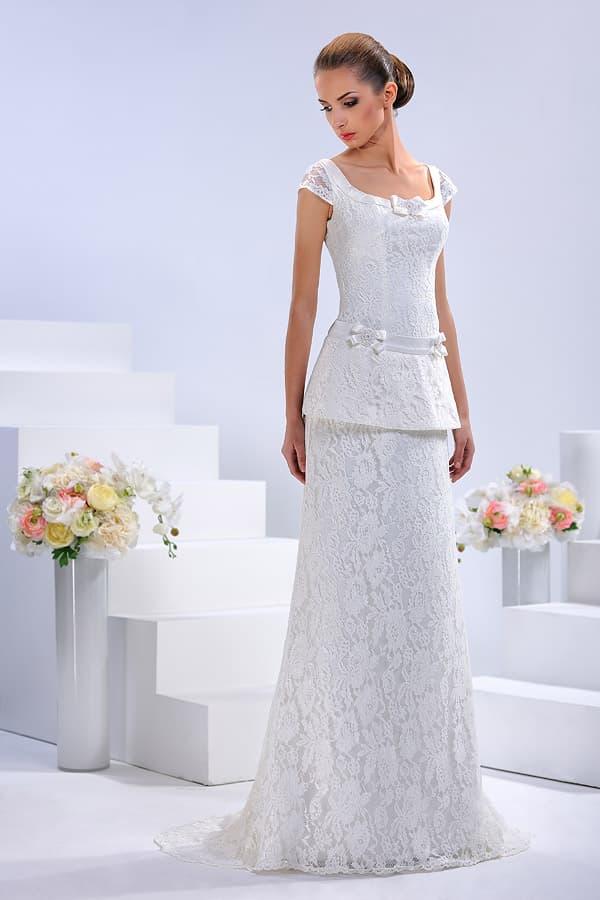 Прямое свадебное платье из кружева с выразительной баской и коротким рукавом.
