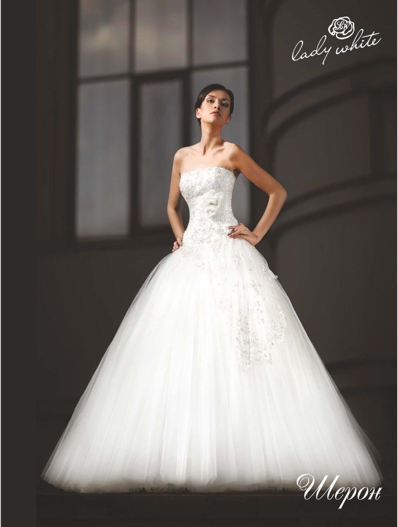 Пышное свадебное платье со слегка заниженной талией.