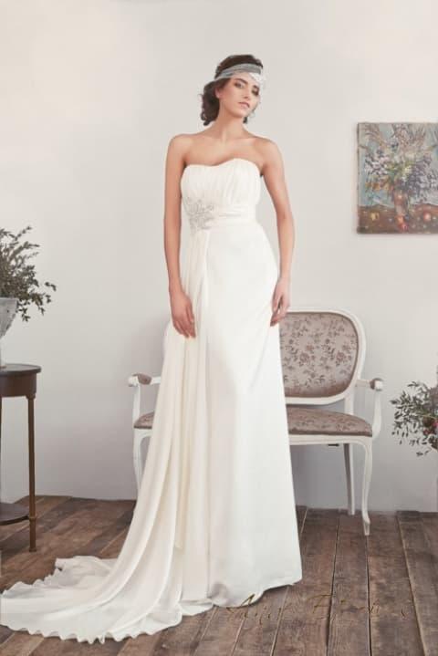 Прямое свадебное платье в ампирном стиле с лифом в форме сердца.