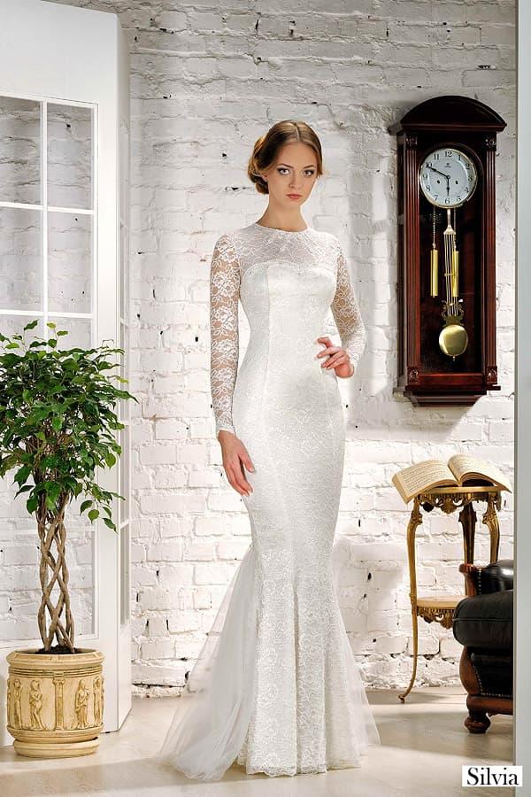 Изысканное свадебное платье облегающего кроя, покрытое плотным кружевом.