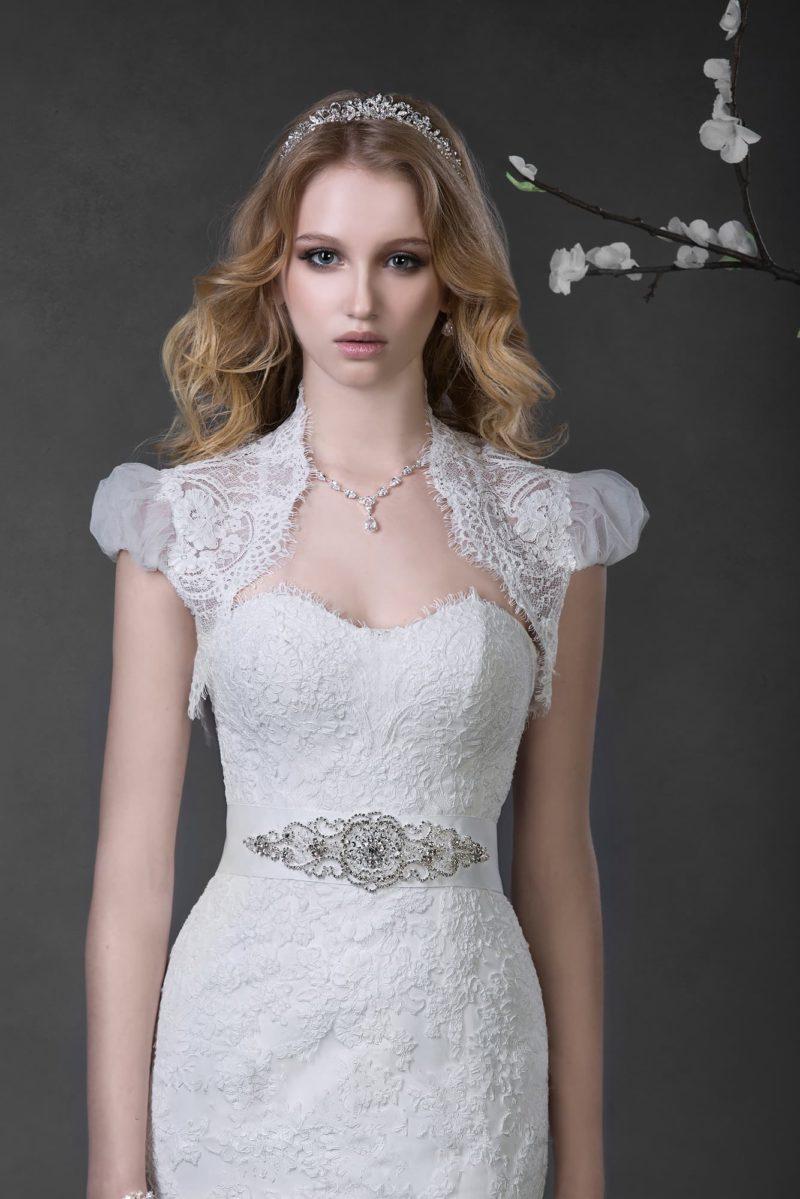 Свадебное платье «русалка» с коротким кружевным болеро и широким поясом, расшитым бисером.