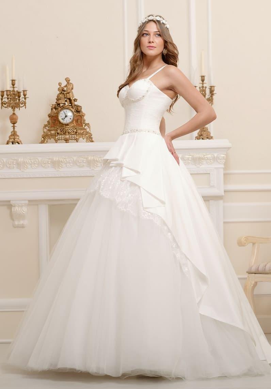 Торжественное свадебное платье с открытым лифом и оригинальным декором пышной юбки.