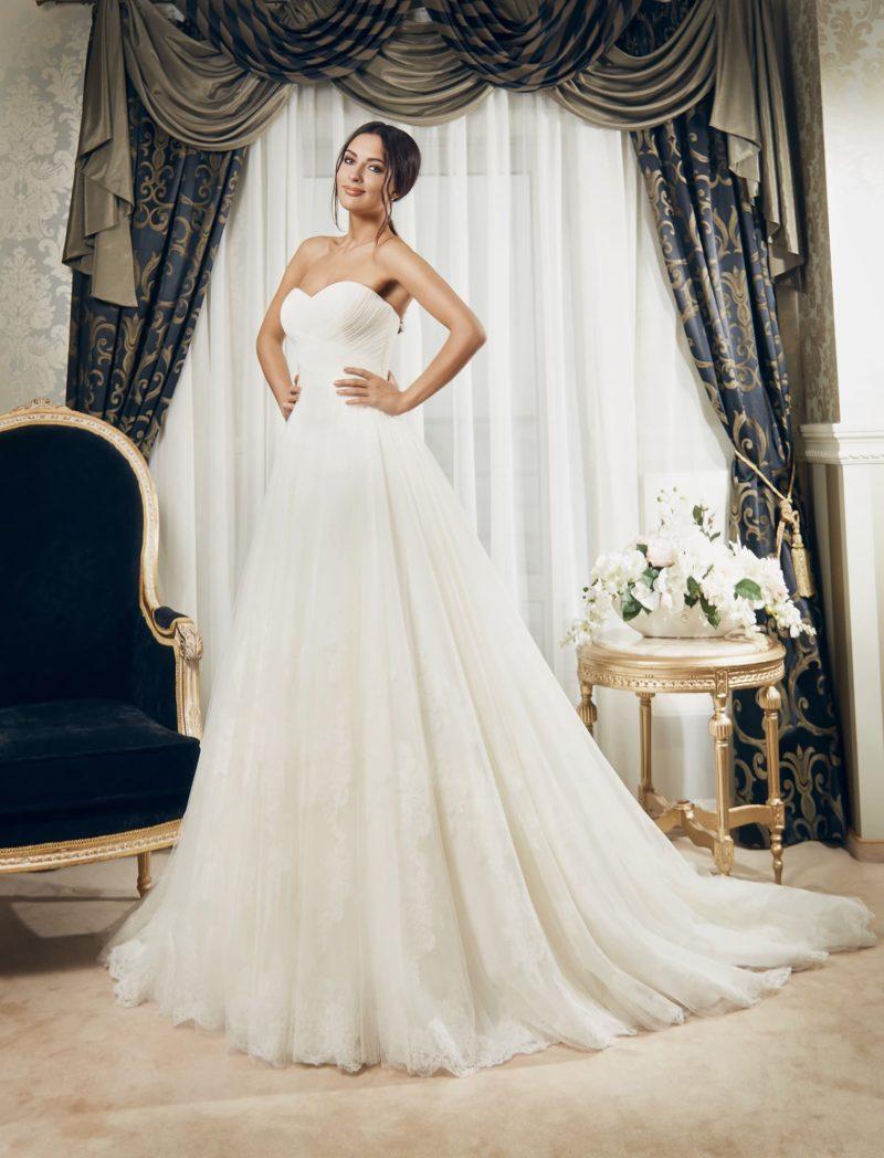 Изысканное свадебное платье с открытым лифом и отделкой из тонких драпировок по корсету.