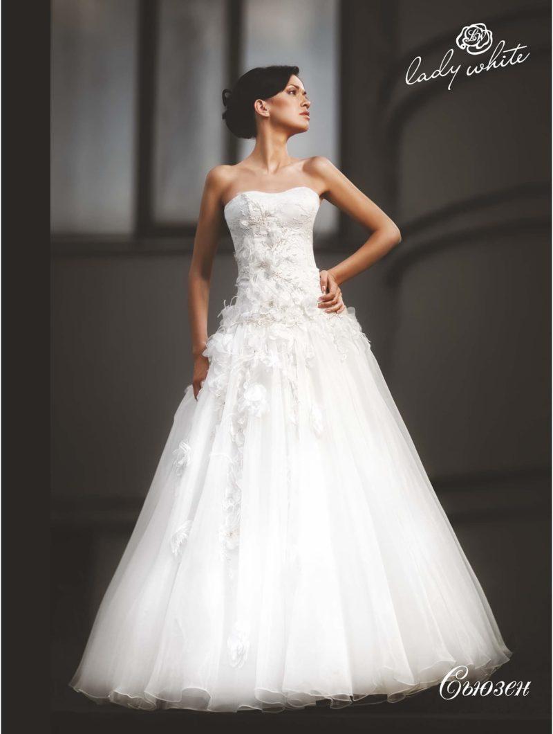 Романтичное свадебное платье с объемным декором пышной юбки.