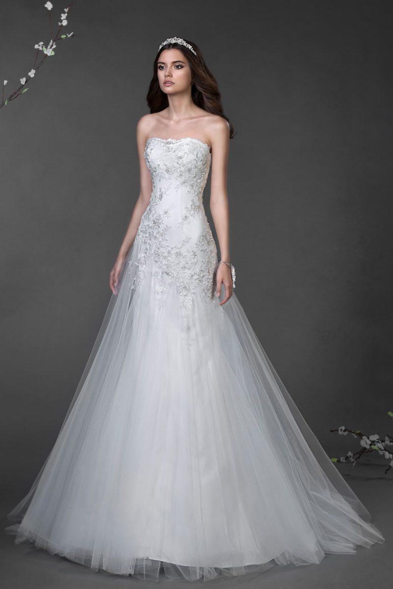 Открытое свадебное платье «русалка» с романтичным низом подола и бисерной отделкой верха.