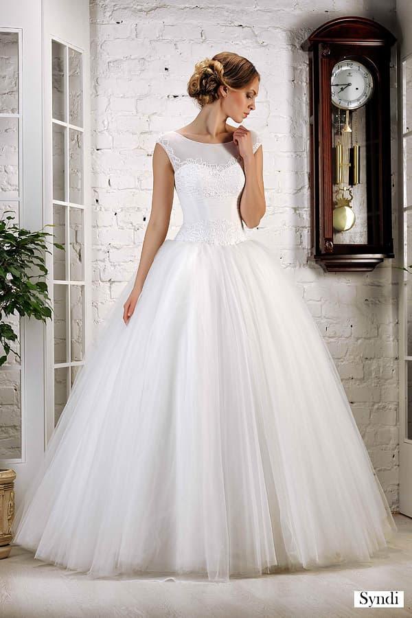 Роскошное свадебное платье с вырезом на спинке и полупрозрачным верхом.