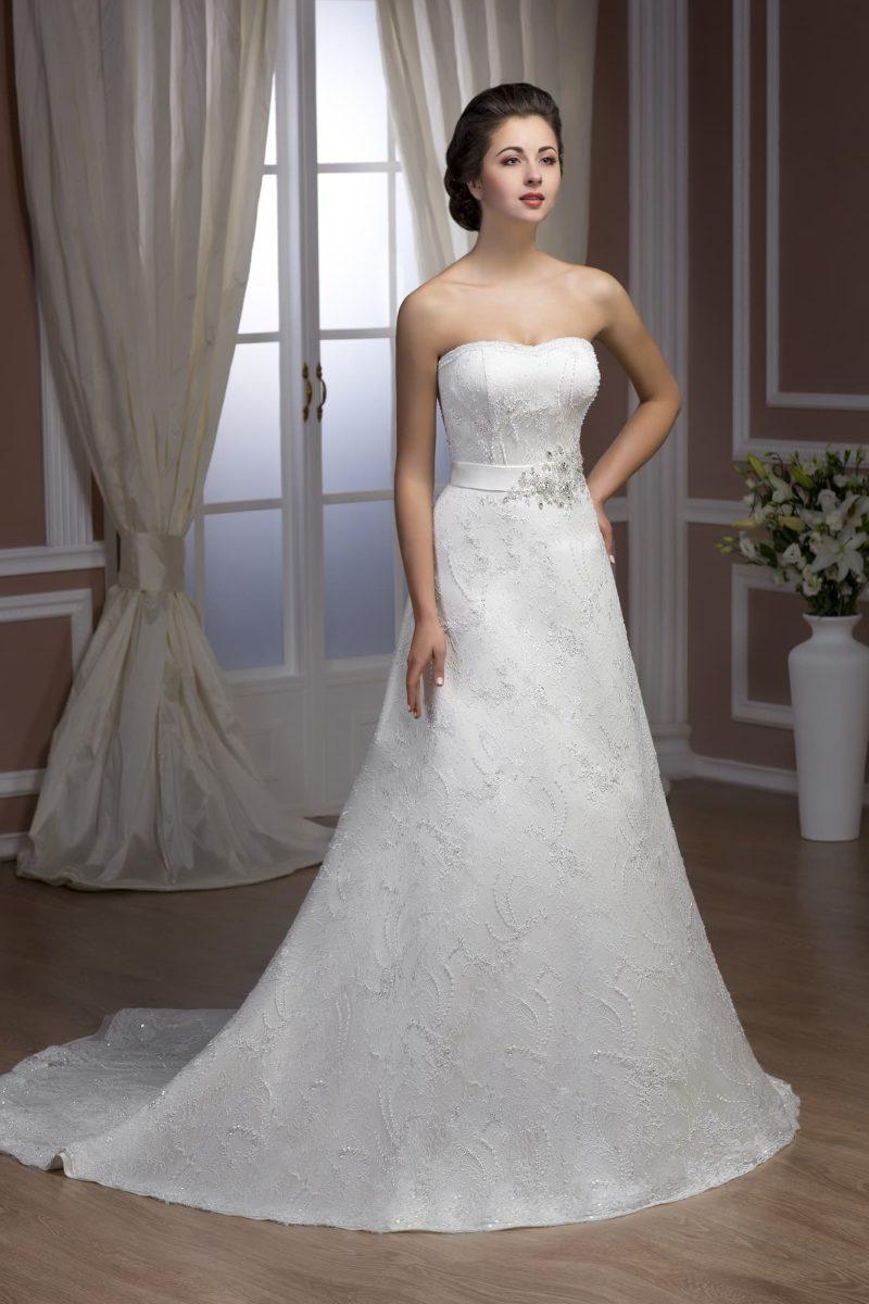 Атласное свадебное платье с широким поясом и отделкой тонким слоем кружева по всей длине.