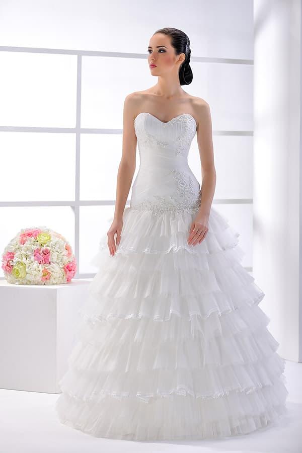 Соблазнительное свадебное платье с декольте-сердечком и оборками на подоле.