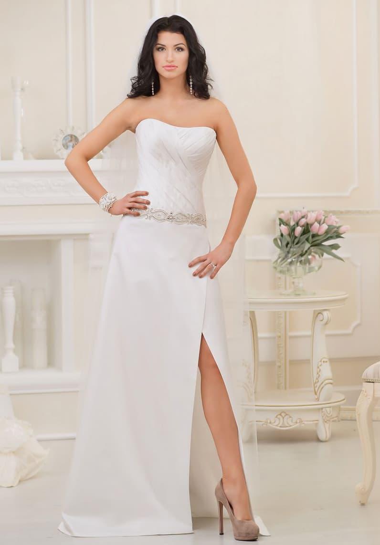 Открытое свадебное платье прямого кроя, дополненное смелым разрезом сбоку по подолу.