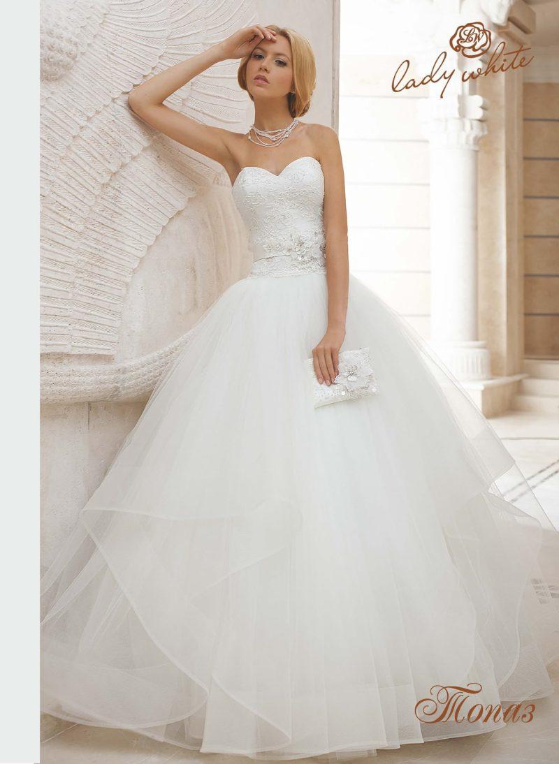 Очаровательное свадебное платье с многослойной юбкой и открытым верхом.
