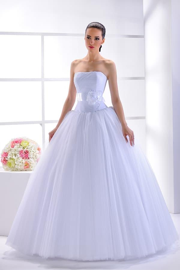 Сдержанное свадебное платье пышного кроя с корсетом, покрытым драпировками.