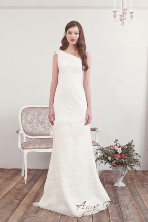Свадебное платье «принцесса» с асимметричным лифом и кружевными аппликациями.
