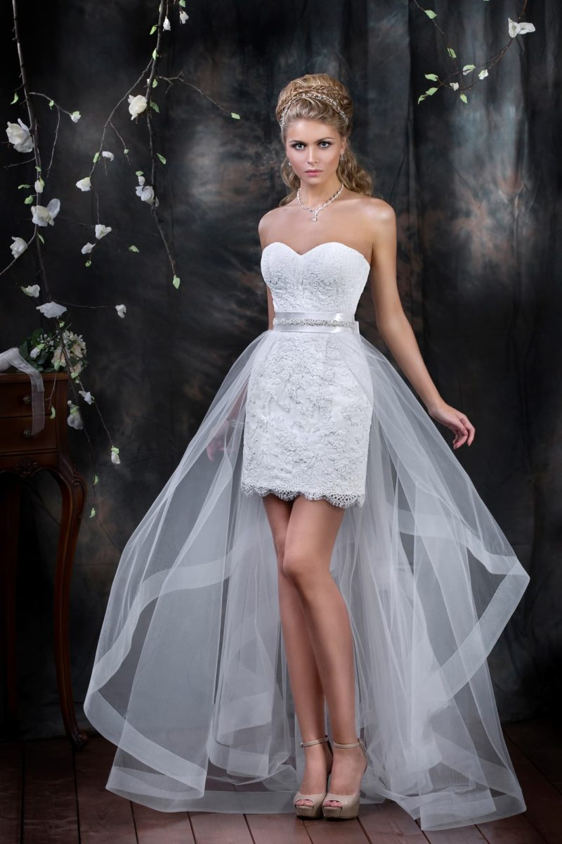 Свадебное платье-футляр с прозрачной верхней юбкой и открытым лифом в форме сердца.