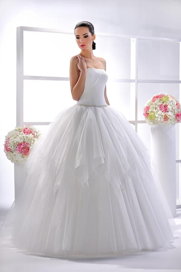 Романтичное свадебное платье с узким бисерным поясом и лифом прямого кроя.