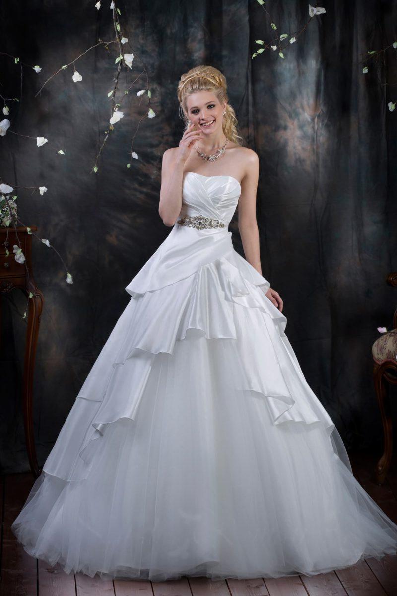 Роскошное свадебное платье с пышной многоярусной юбкой с атласным верхом.
