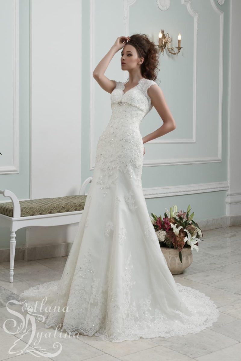 Сверкающее свадебное платье с небольшим декольте и роскошным шлейфом.