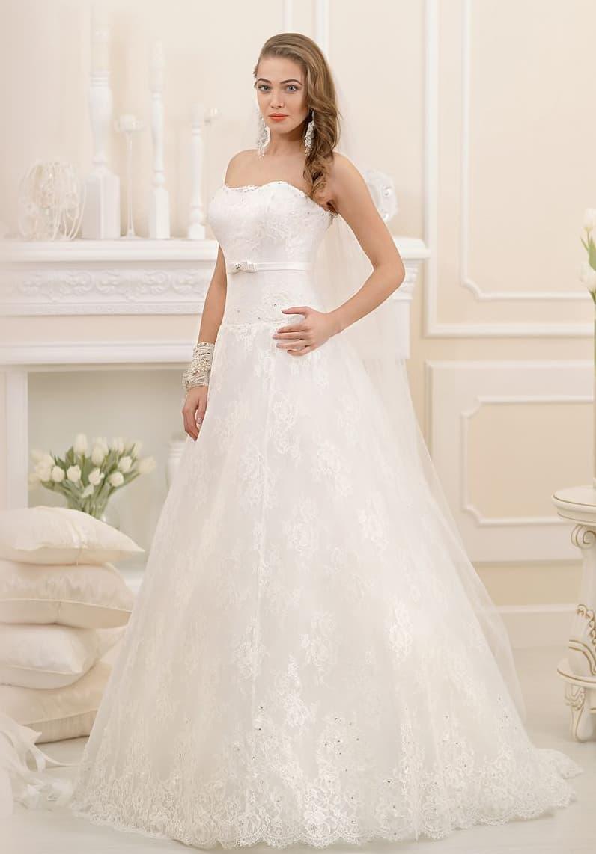 Воздушное свадебное платье «трапеция» с кружевным верхом подола и открытым корсетом.