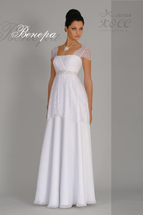 Свадебное платье с коротким рукавом из прозрачного кружева и прямой юбкой.