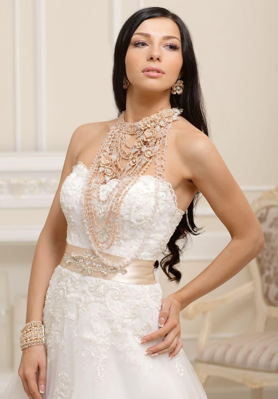 Открытое свадебное платье «принцесса» с фактурной отделкой лифа и атласным кремовым поясом.