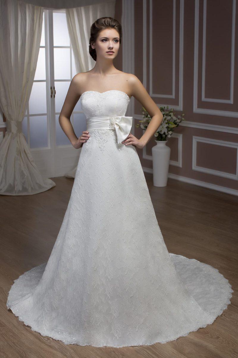 Свадебное платье с кружевной отделкой и широким атласным поясом на талии.