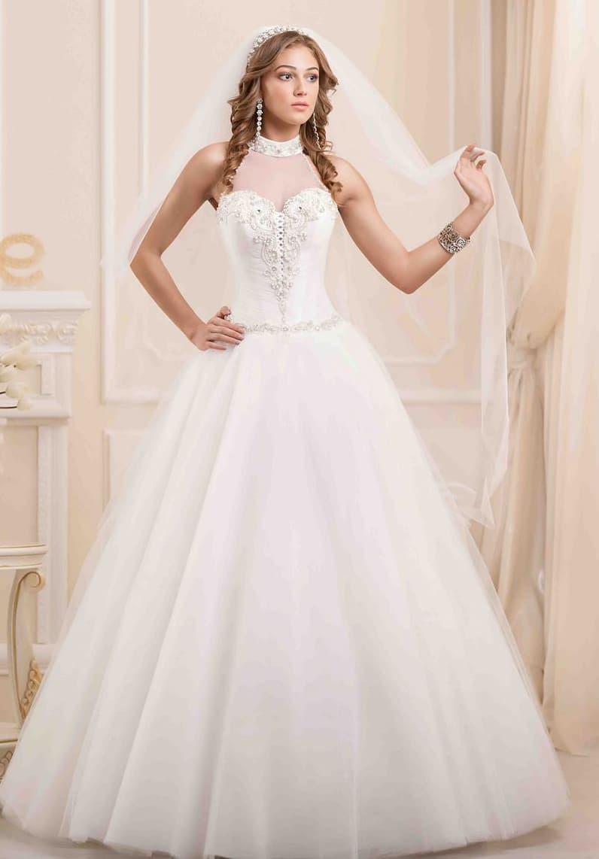 Торжественное свадебное платье с американской проймой и тонкой вставкой над лифом.