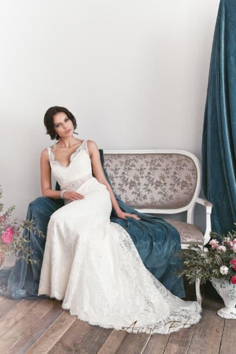 Прямое свадебное платье с кружевным верхом и глубоким декольте сзади.
