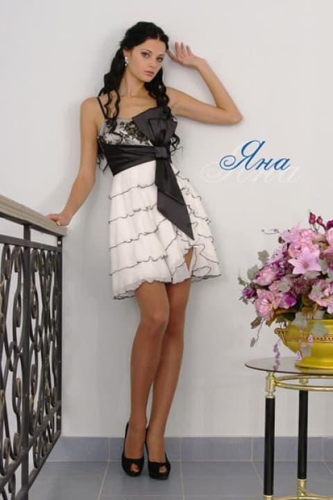Короткое свадебное платье с черным атласным лифом и оборками на юбке.