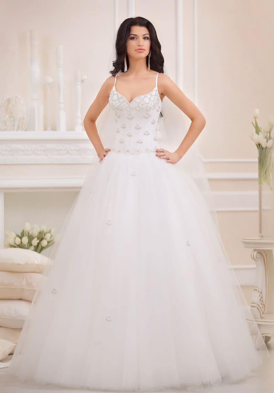Классическое свадебное платье с облегающим корсетом с тонкими бретелями, покрытым вышивкой.
