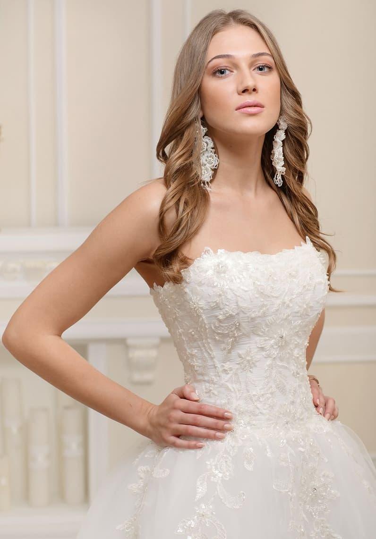 Нежное свадебное платье с роскошной юбкой и фактурным декором открытого корсета.