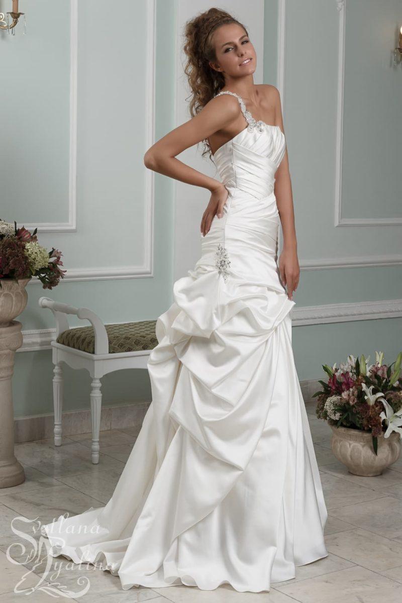 Свадебное платье с асимметричным лифом и декором драпировками.