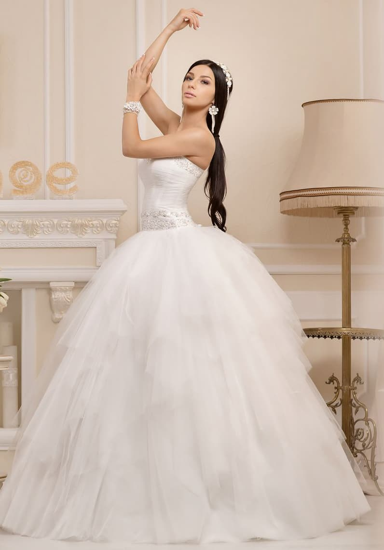 Открытое свадебное платье с широким глянцевым поясом и юбкой пышного кроя.