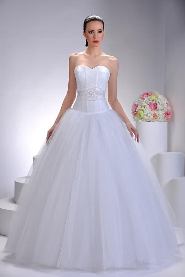 Элегантное свадебное платье пышного кроя с корсетом из матового атласа.