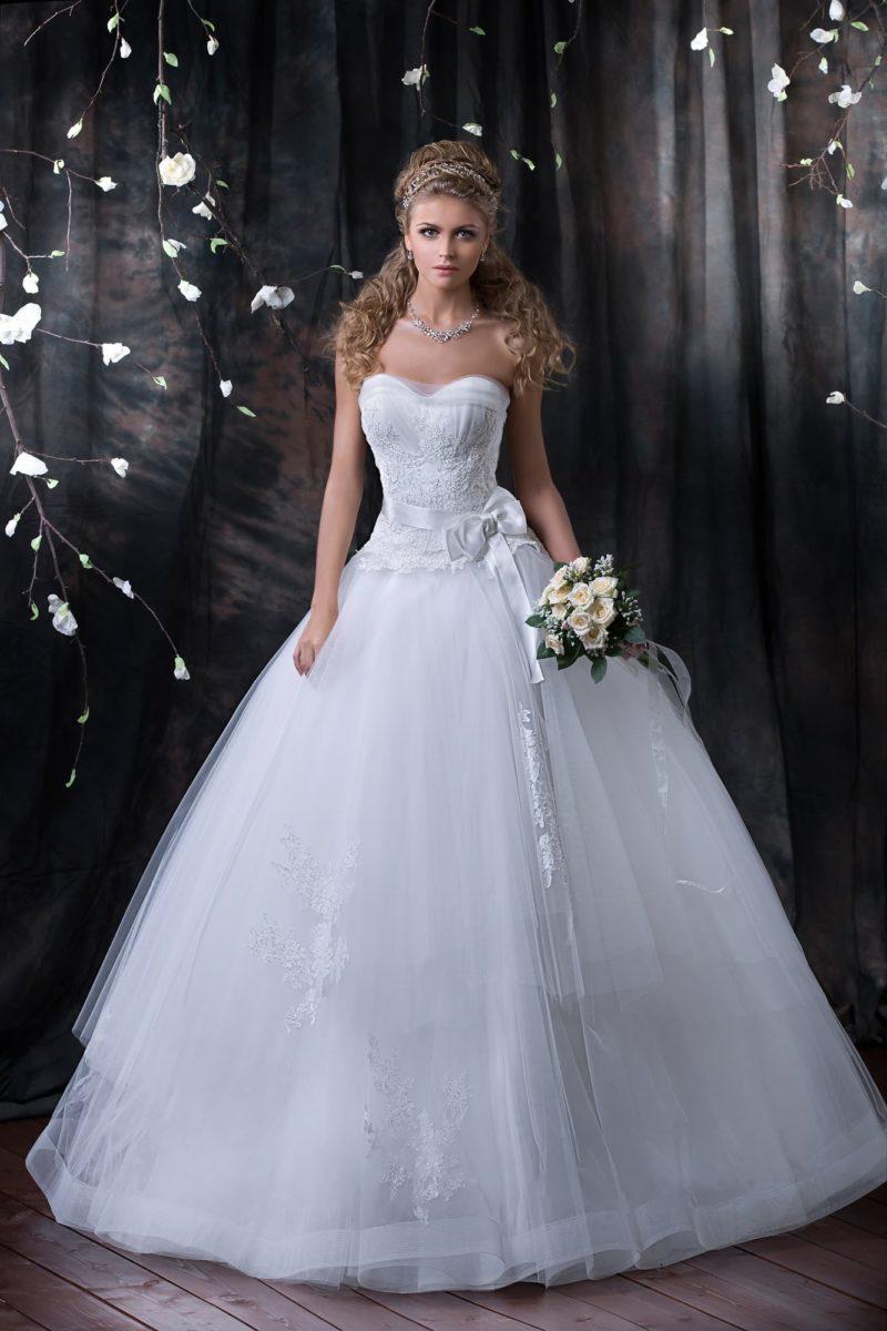 Великолепное свадебное платье пышного кроя с кружевным корсетом и аппликациями по подолу.