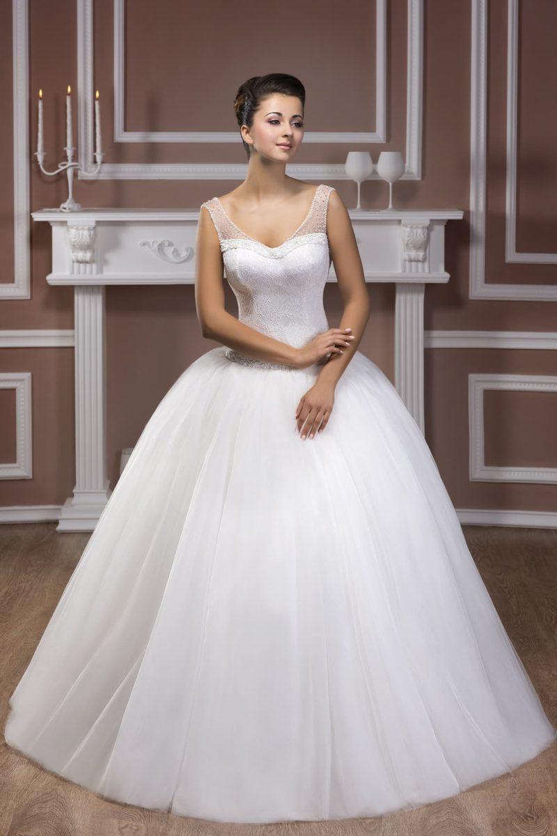 Свадебное платье с пышным кроем юбки и соблазнительными вырезами на спинке и лифе.