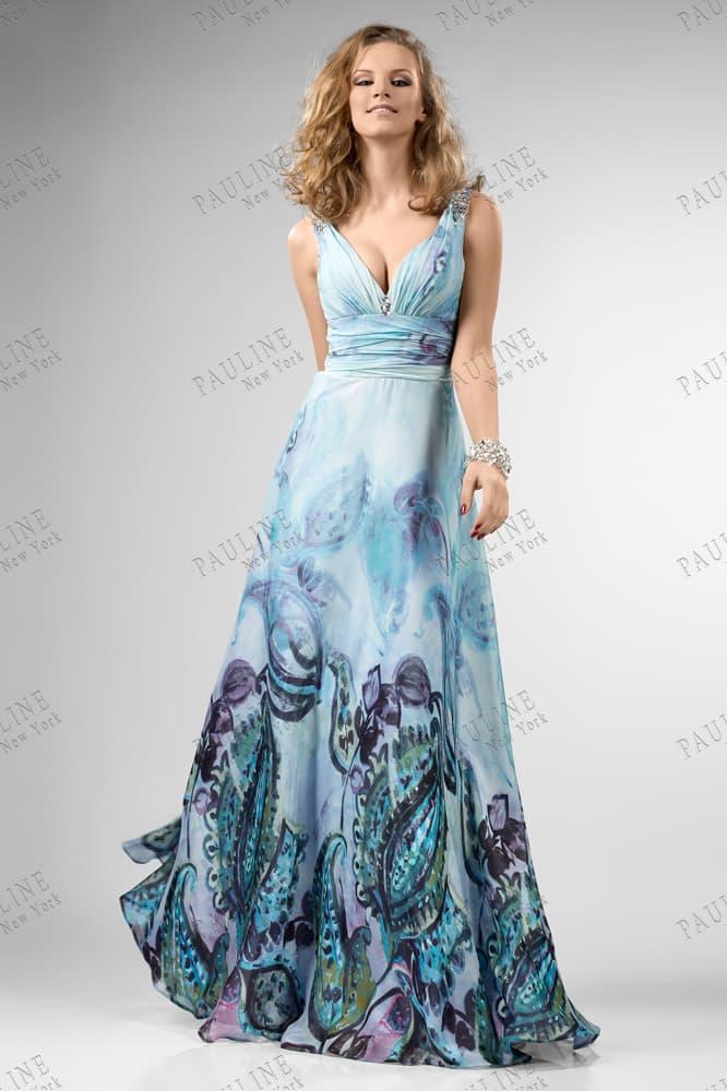 Голубое вечернее платье с темным рисунком по низу подола длинной прямой юбки.