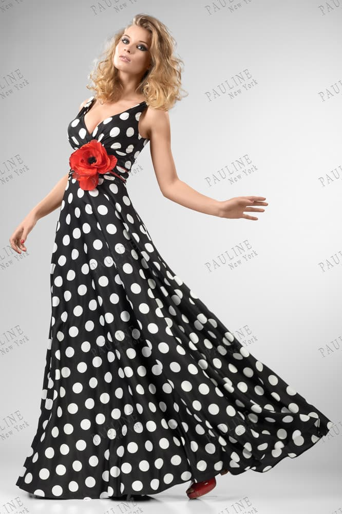 Прямое вечернее платье с алым бутоном под лифом и крупным белым горошком на черной ткани.