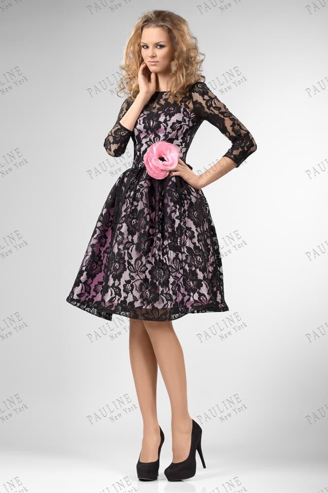 Вечернее платье с розовой атласной подкладкой и черным кружевом поверх.