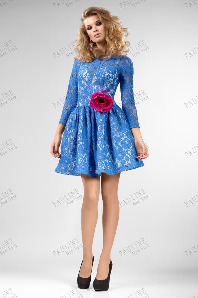 Закрытое вечернее платье из синего кружева, украшенное бордовым бутоном на талии.