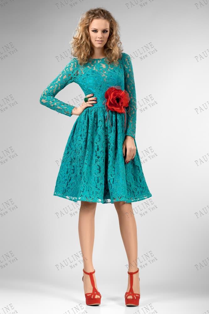 Покрытое кружевом вечернее платье бирюзового цвета с алым бутоном на талии.